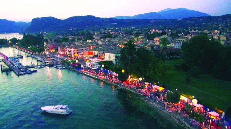 Neue Imbisshütten an der Seepromenade zwischen Bardolino und Garda