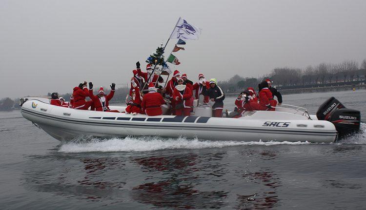 Weihnachtsmänner erreichen Garda per Boot