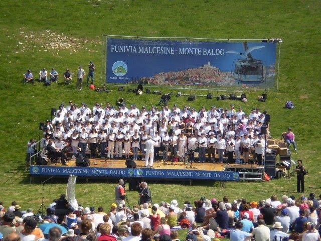 Der Chor der Arena tritt auf dem Monte Baldo auf