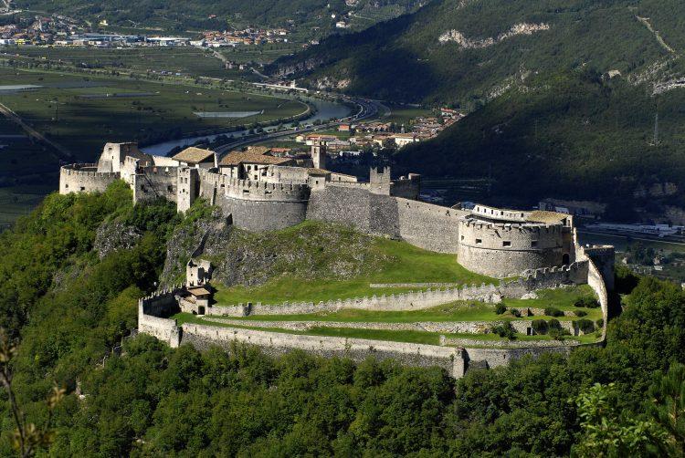 Burgen inmitten von Weinreben