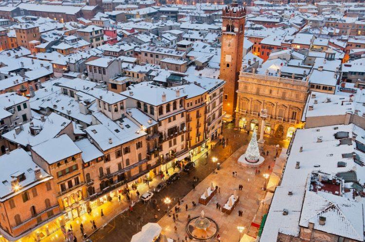 In Verona laufen die Vorbereitungen für den Weihnachtsmarkt 2018