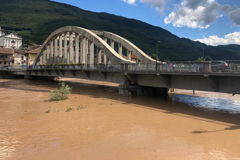 In Egna (BZ) ist die Etsch über die Ufer getreten: A22 Brennerautobahn geschlossen