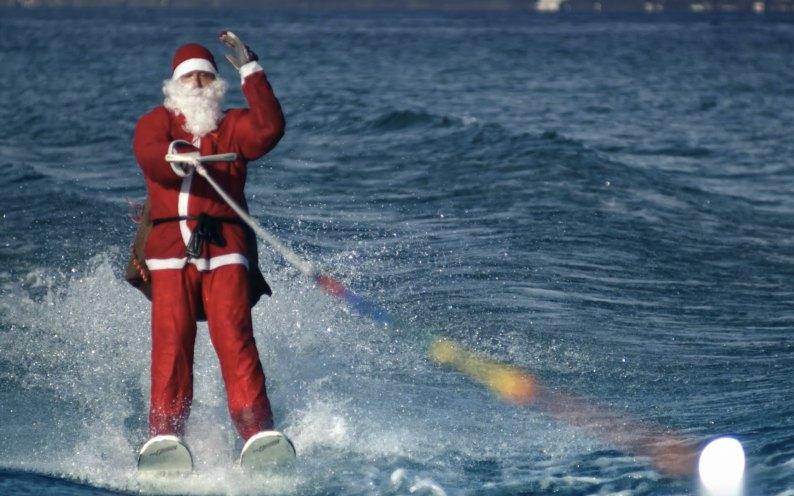 Enthüllt die Identität des Weihnachtsmanns auf Wasserskiern: er ist ein Champion der italienischen Nationalmannschaft