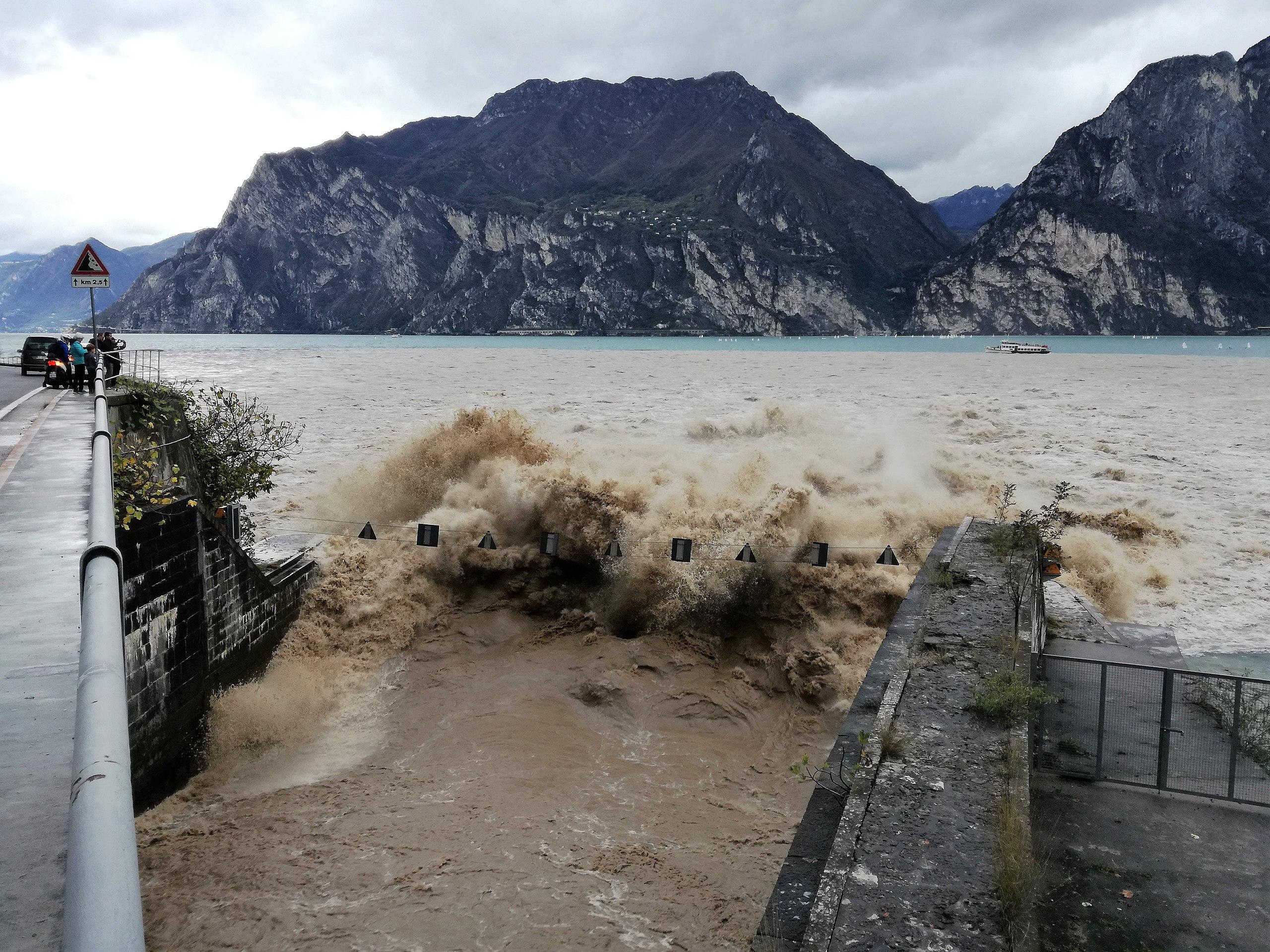 Torbole: Offene Hochwasserentlastung und Schifffahrt um den Auslass verboten