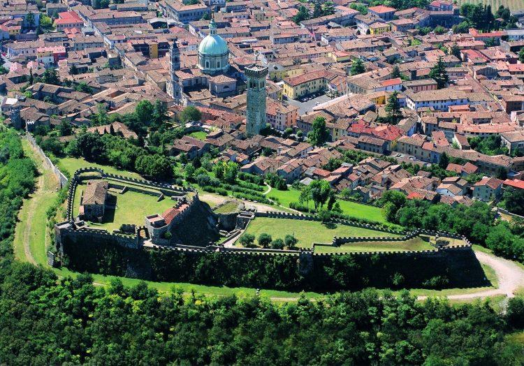 Am 17. März wird die Rocca von Lonato anlässlich des Global Greening in Grün erstrahlen