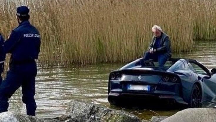 Missgeschick in Sirmione: Ein Ferrari fiel ins Wasser, ohne Folgen für den Fahrer