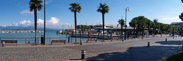 Palmen, auf Wiedersehen. Orangenbäume kommen an die Seepromenade von Desenzano