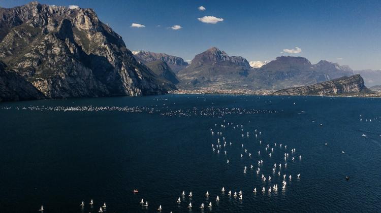 Die Segelweltmeisterschaft, Kategorie Optimist, ist bereit in Riva zu landen