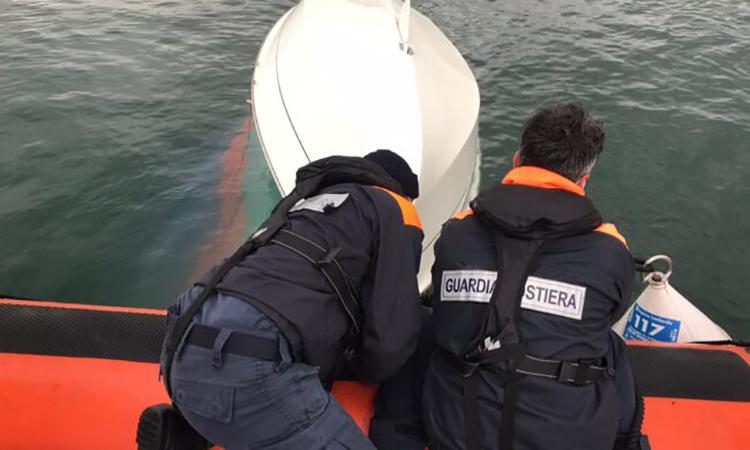 Moniga: Segelboot kentert, Steuermann im Wasser von Küstenwache gerettet
