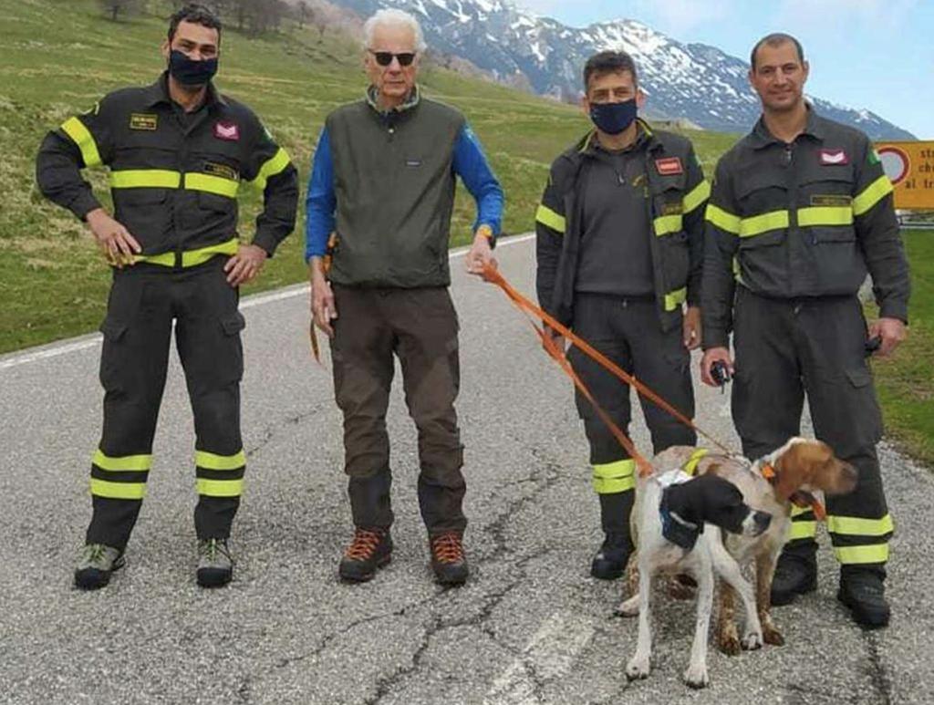 Feuerwehrleute bergen zwei Jagdhunde, die in einer Klippe stecken