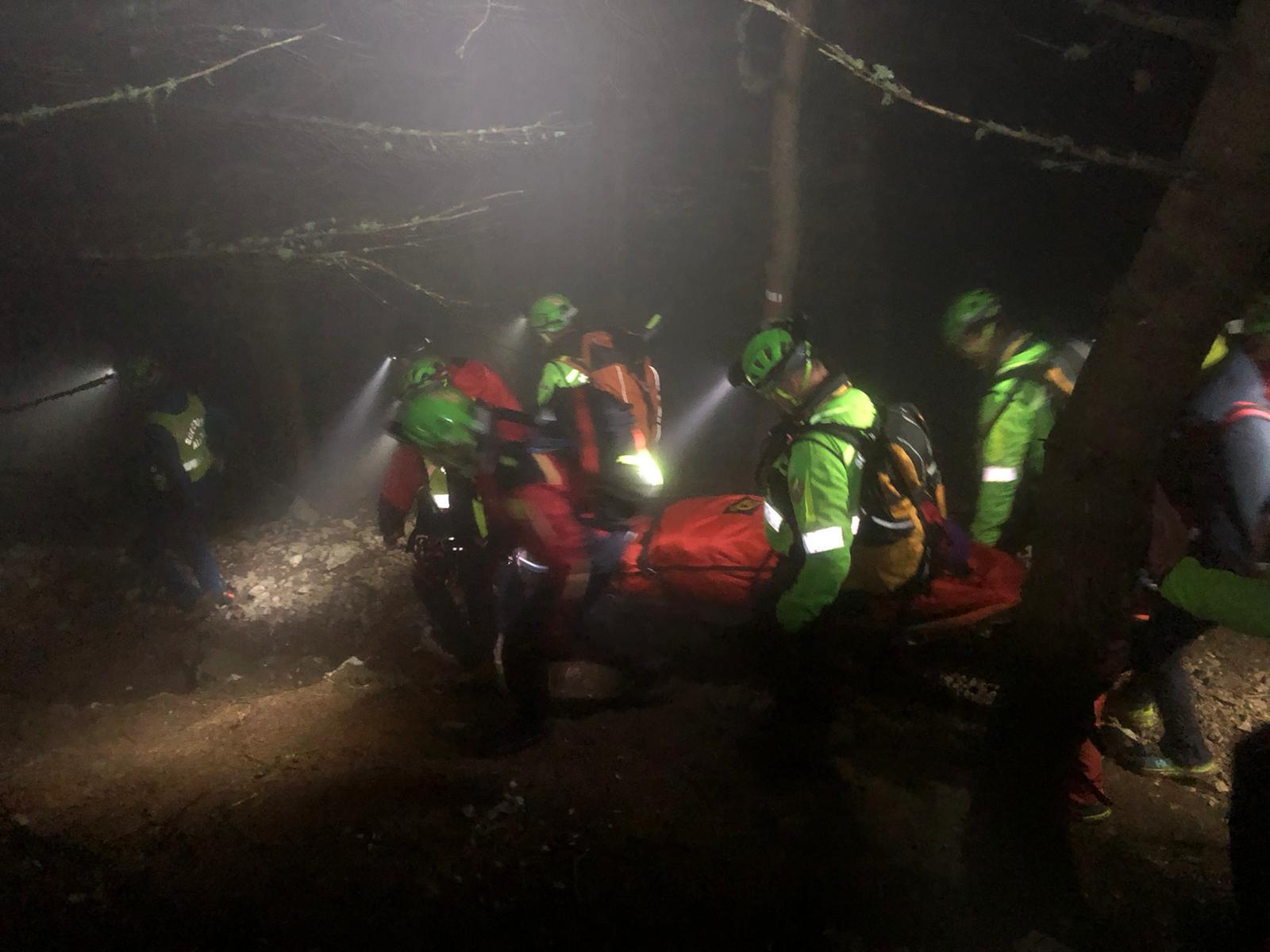 Deutsche im Dunkeln auf dem Weg oberhalb des Sees: Rettung durch die Bergwacht